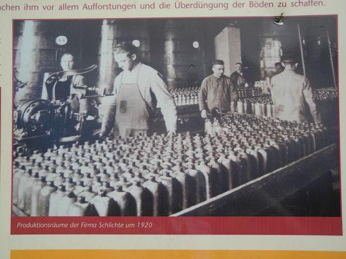 Das lernen wir auf der Werbetafel der Firma Schlichte, die in Steinhagen den Steinhäger produziert.