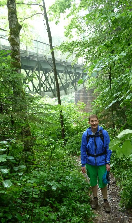 Viadukt der Wutachtalbahn mit Frau (vorne).