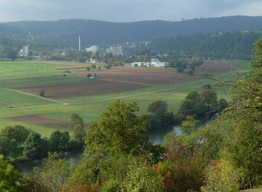 Blick auf das stillgelegte Kernkraftwerk Obrigheim.