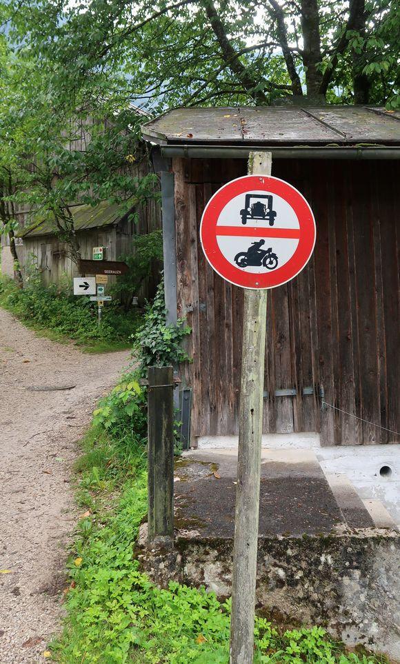 Sehr altes Verkehrszeichen.