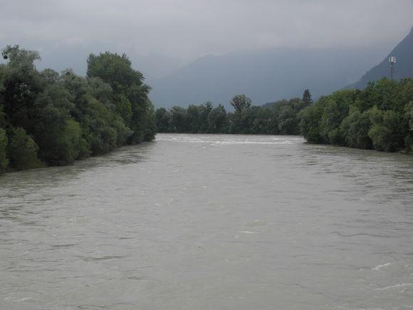 Salzach führt Hochwasser.