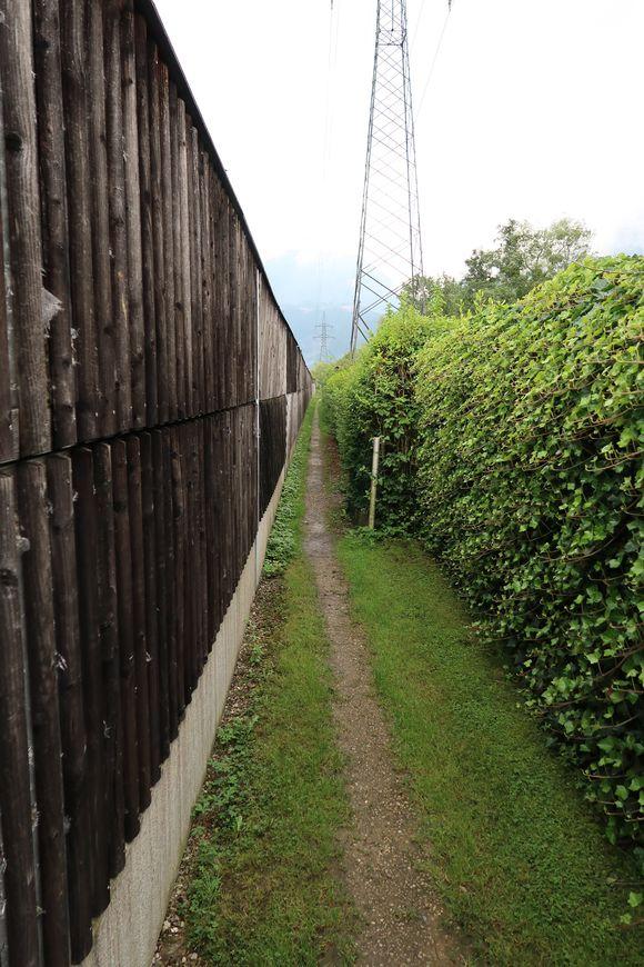 Eingezwängt zwischen Eisenbahnlärmschutzwand und Schrebergärten.